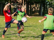 Kinderen aan het voetballen