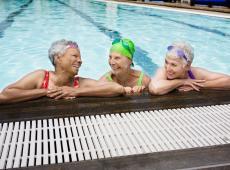 oudere vrouwen in zwembad