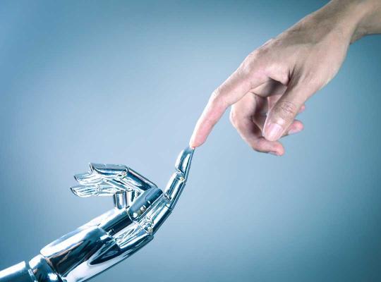 Mensen- en robothand reiken naar elkaar