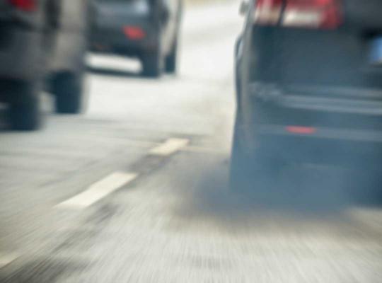 Uitlaat wagen op snelweg