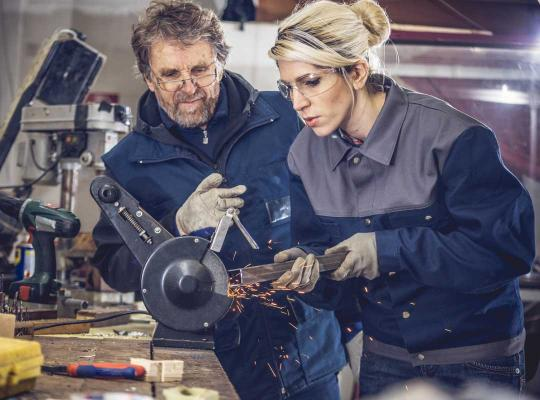Oudere en jongere aan het werk